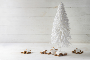 Close-up Of Christmas Decoration With Cinnamon Star Cookies On Tableの写真素材 [FYI04415732]