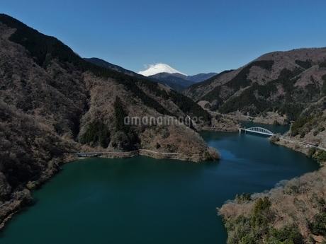 丹沢湖と富士山の空撮の写真素材 [FYI04417057]