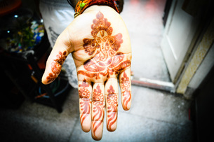 Cropped Image Of Woman With Henna Tattoo At Homeの写真素材 [FYI04417185]