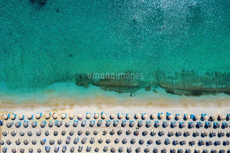 Aerial View Of Sea And Lounge Chairsの写真素材 [FYI04418400]