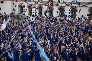 Students Throwing Caps At Graduationの写真素材 [FYI04420458]