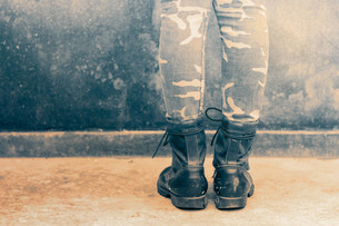 Low Section Of Man Wearing Bootsの写真素材 [FYI04421671]