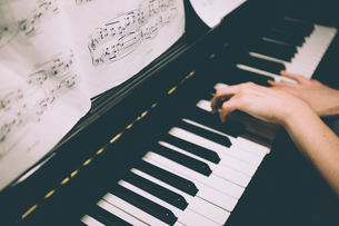 Cropped Hands Playing Pianoの写真素材 [FYI04422631]