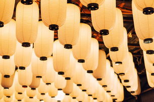 Low Angle View Of Illuminated Lighting Equipment Hanging From Ceilingの写真素材 [FYI04423668]