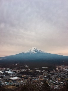 Aerial View Of City And Mt Fuji Against Cloudy Skyの写真素材 [FYI04424491]