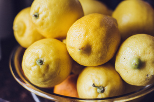 Close-up Of Lemons In Bowlの写真素材 [FYI04424650]
