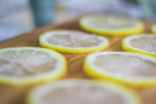 Close-up Of Lemon Slices On Cutting Boardの写真素材 [FYI04425703]