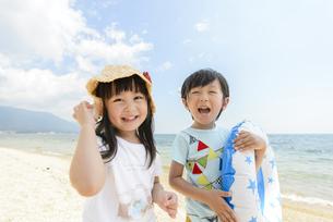 砂浜で遊ぶ女の子と男の子の写真素材 [FYI04429657]