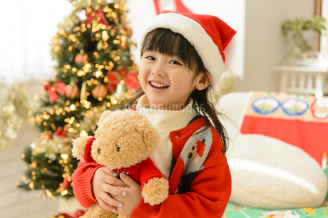 サンタの帽子を被った女の子の写真素材 [FYI04429815]