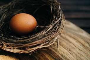Close-up Of Eggs In Basket On Tableの写真素材 [FYI04431000]