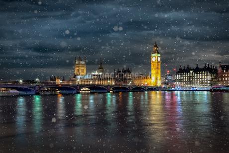 Illuminated Buildings In City At Nightの写真素材 [FYI04432760]