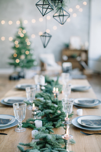 High Angle View Of Christmas Decorations With Place Setting On Tableの写真素材 [FYI04432862]