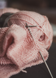 Close-up Of Wool With Knitting Needleの写真素材 [FYI04433867]