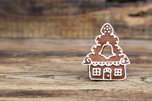 Close-up Of House Shaped Gingerbread Cookie On Wooden Tableの写真素材 [FYI04437032]