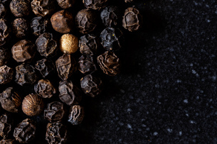 Close-up Of Peppercorn On Tableの写真素材 [FYI04438216]