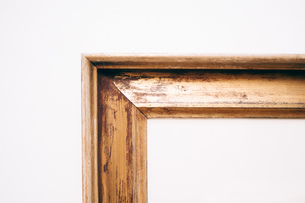 Close-up Of Blank Picture Frame On Wallの写真素材 [FYI04438298]