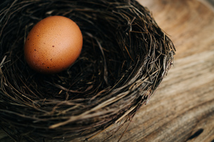 Close-up Of Eggs In Basket On Tableの写真素材 [FYI04438592]
