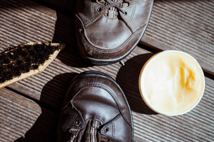 High Angle View Of Shoes With Polish And Brush On Tableの写真素材 [FYI04439447]