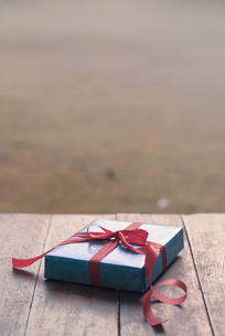 Wrapped Gift On Tableの写真素材 [FYI04439673]