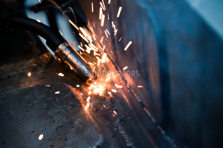 Close-up Of Sparks In Factoryの写真素材 [FYI04439889]
