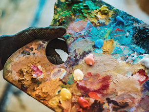Cropped Hand Of Painter Holding Colorful Paints In Paletteの写真素材 [FYI04439913]