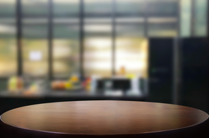 Close-up Of Empty Table At Homeの写真素材 [FYI04439962]