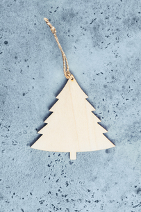 Wooden Christmas Tree On Marbleの写真素材 [FYI04440960]