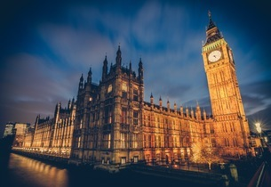 Illuminated Big Ben Tower By Parliament Building In City At Duskの写真素材 [FYI04441221]
