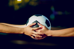Cropped Hands Of Women Holding Soccer Ballの写真素材 [FYI04441266]