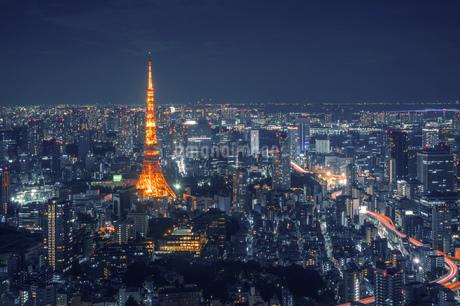 Illuminated Buildings In City At Nightの写真素材 [FYI04443464]