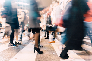 Blurred Motion Of Crowd Crossing Streetの写真素材 [FYI04445102]