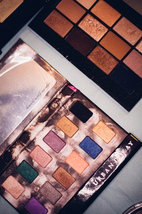 Full Frame Shot Of Multi Colored Eyeshadow Paletteの写真素材 [FYI04445144]