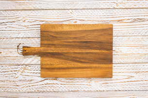Directly Above Shot Of Wooden Cutting Board On Tableの写真素材 [FYI04447949]