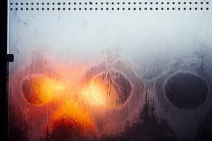 Full Frame Shot Of Frozen Glass Windowの写真素材 [FYI04448476]