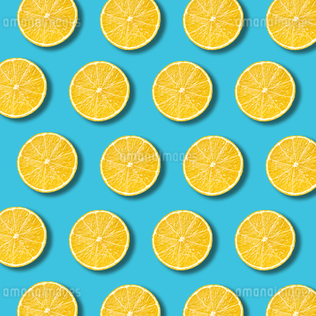 High Angle View Of Orange Slices On Blue Backgroundの写真素材 [FYI04449020]