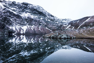 Scenic View Of Lake By Snowcapped Mountain Against Skyの写真素材 [FYI04449102]