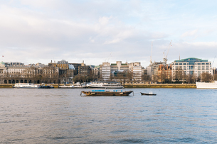 Boats In River With Buildings In Backgroundの写真素材 [FYI04449550]