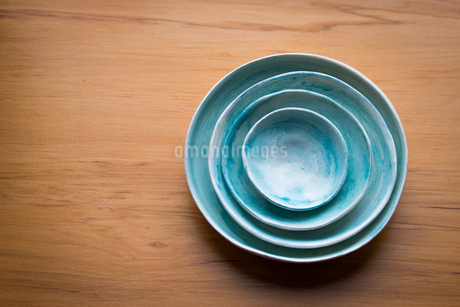 High Angle View Of Empty Bowls On Wooden Tableの写真素材 [FYI04451021]