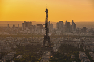 View Of Eiffel Tower In City During Sunsetの写真素材 [FYI04451665]