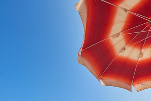 Low Angle View Of Parasol Against Clear Blue Skyの写真素材 [FYI04453272]
