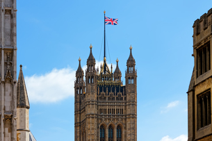 Low Angle View Of Westminster Abbey And Buildings Against Blue Skyの写真素材 [FYI04453275]