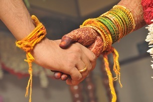 Cropped Image Of Couple Holding Hands During Wedding Ceremonyの写真素材 [FYI04454127]