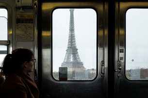 Woman Looking At Eiffel Tower Through Train Windowの写真素材 [FYI04454297]