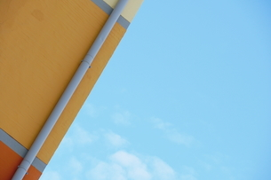 Low Angle View Of Parasol Against Blue Skyの写真素材 [FYI04454390]