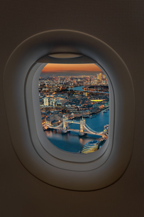 Tower Bridge Over Thames River In City Seen Through Airplane Window At Duskの写真素材 [FYI04458021]