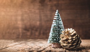 Christmas Tree And Pine Cone On Tableの写真素材 [FYI04458168]