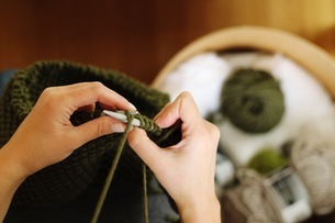 Cropped Hands Of Woman Knitting Woolの写真素材 [FYI04459137]