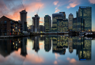 Reflection Of Buildings In River Against Sky During Sunsetの写真素材 [FYI04461814]