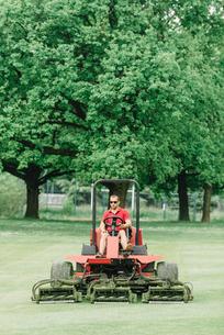 Man Mowing Grassy Landの写真素材 [FYI04467037]