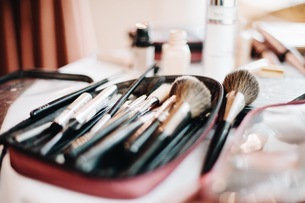 High Angle View Of Make-up Brushes On Tableの写真素材 [FYI04470341]